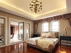 欧式风格主卧棕色木地板装修效果图 卧室木地板效果图