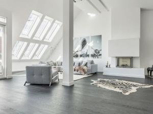 大户型北欧风格客厅深灰色木地板装修效果图