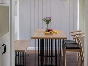 棕黄色木地板装修效果图 地中海风格设计