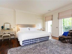 卧室深色地板装修效果图 地暖室内地板图片大全