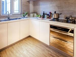 现代简约复合木地板图片 厨房复合木地板装修效果图