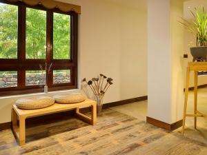 质朴浅灰色木地板装修效果图 简中式地板家装效果图