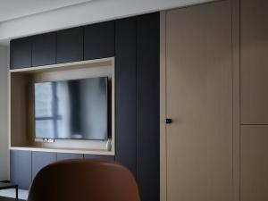 黑色木地板电视墙效果图大全 简约大气地板装修效果图