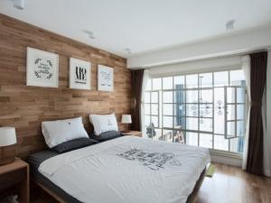 卧室背景强化复合地板图片 清新土灰色地板装修效果图