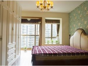 卧室咖啡色强化地板图片 中式地板装修效果图