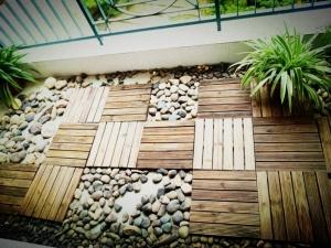 阳台铺木地板效果图 地中海风深色地板装修效果图