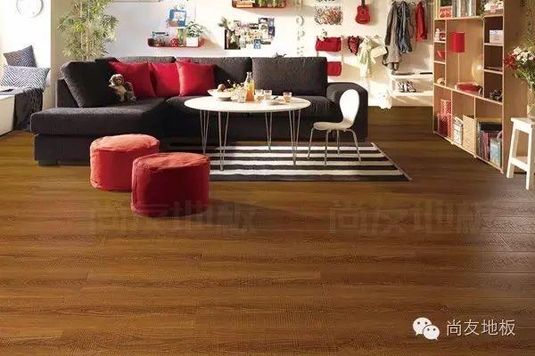 尚友地拖著吧板 木地板可以用濕拖把拖嗎?